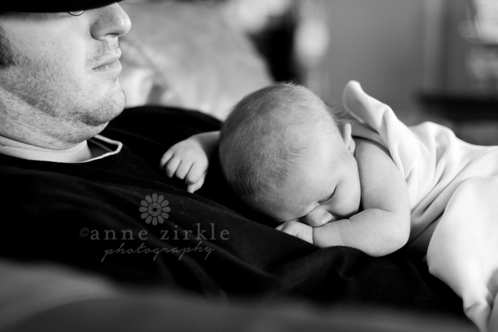 lifestyle-newborn-photo-newborn-sleeping-on-dad