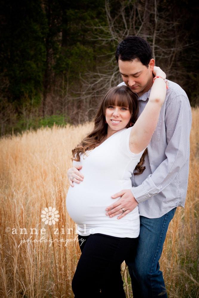 pregnancy-photo-in-hay-field