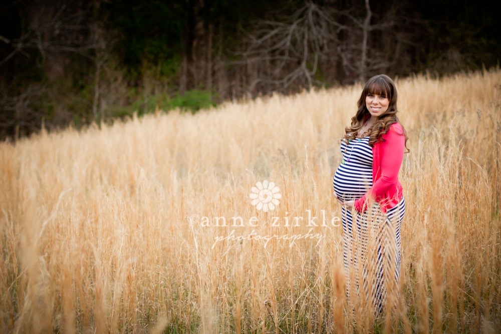 maternity-photo-in-hay-field