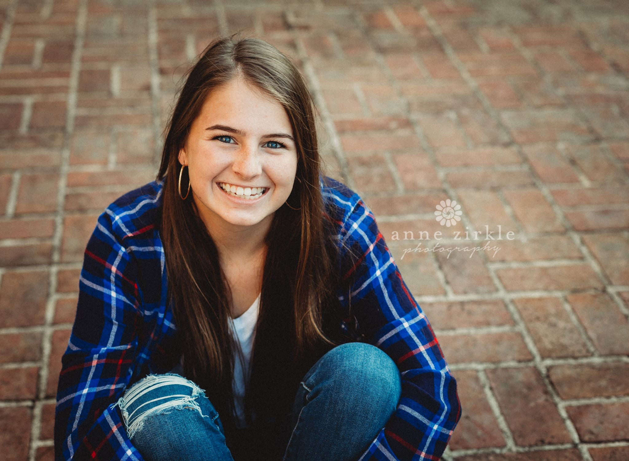 Senior girl sitting on brick walkway #mooresville #northcarolina #davidson #lakenorman #southiredell #pinelakeprep #highschool #highschoolsenior #highschoolseniors #seniors